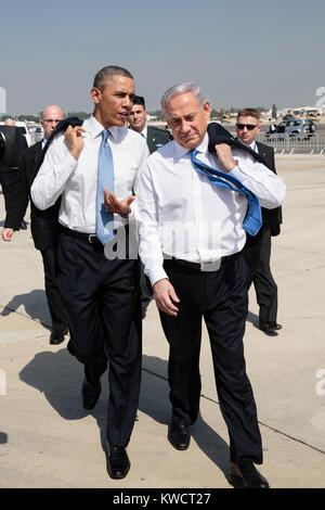Le président Barack Obama marche à travers le tarmac avec le Premier ministre israélien Benjamin Netanyahu. L'aéroport Banque D'Images