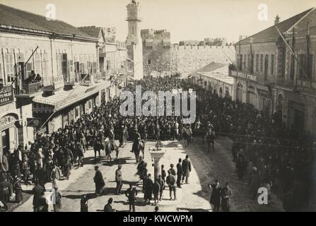 Manifestation anti-sioniste arabe laissant la porte de Jaffa après la prière du vendredi à Jérusalem en 1920 (BSLOC Banque D'Images
