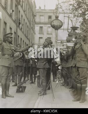 American military band joue le jazz pour Yankee blessé à l'extérieur de leur hôpital de Paris, 1918. Le 369e Régiment Banque D'Images