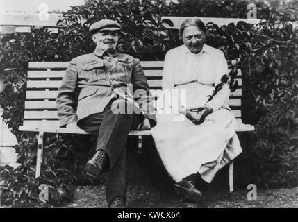 Lénine et sa femme Kroupskaïa s'asseoir ensemble dans leur datcha jardin à Gorki, août 1922. Lénine était en convalescence Banque D'Images