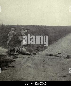 La Seconde Guerre mondiale 1. Soldat français tirer sur l'ennemi à travers les champs de blé au sud-est d'Amiens. Banque D'Images