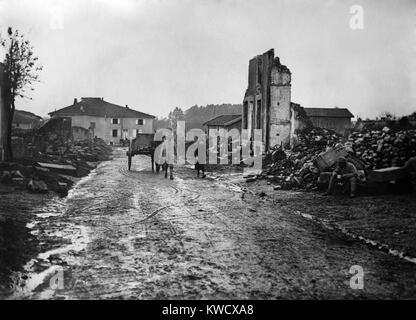 La Seconde Guerre mondiale 1. Un couple français mènent leur cheval et une charrette à travers les ruines du village Banque D'Images