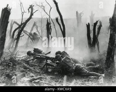 La Seconde Guerre mondiale 1. American gun crew à partir de la 23e Infanterie, le tir d'un canon de 37 mm français Banque D'Images