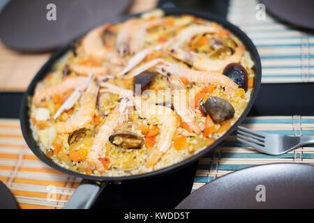 Délicieux plat de riz de Valence avec paella aux fruits de mer close up Banque D'Images