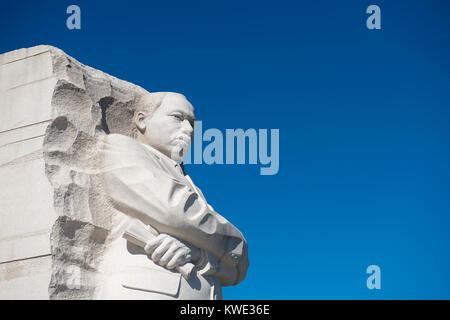 Low angle view of Martin Luther King Memorial contre ciel bleu clair