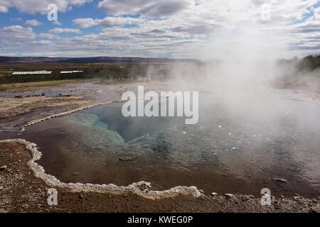 Hot Spring dans le champ géothermique de Geysir dans le sud-ouest de l'Islande. Banque D'Images
