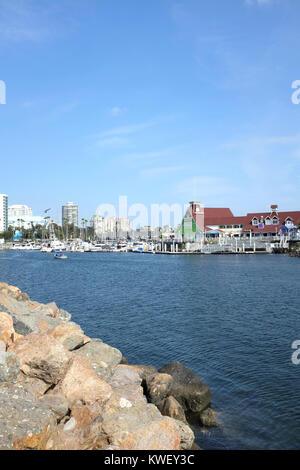 LONG BEACH, CA - le 21 février 2015: village du littoral au Rainbow Harbor. Le port et le village est une des destinations Banque D'Images