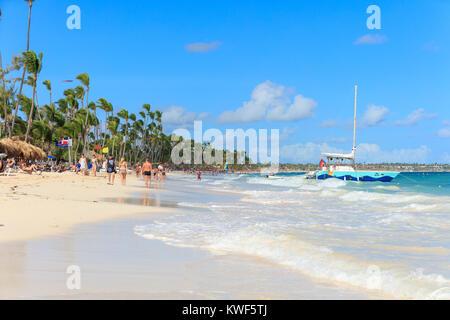 Punta Cana, République Dominicaine - Décembre, 2017 touristes: détente sur la plage ensoleillée Banque D'Images