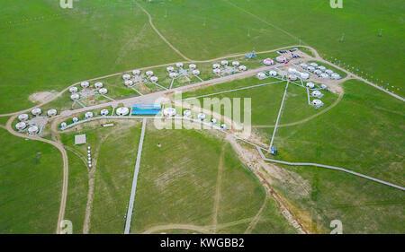 (180103) -- BEIJING, 3 janvier 2018 (Xinhua) -- photo aérienne prise le 21 juillet 2017 affiche les routes à gers sur un ranch près de Xilinhot, ville du nord de la Chine, région autonome de Mongolie intérieure. Au cours des cinq dernières années, la Chine a vu 1,28 millions de km de routes rurales construites ou rénovées, avec 99,24 % de 98,34 pour cent des cantons et villages reliés par des routes en asphalte ou en béton. (Xinhua/Lian Zhen) (zkr)