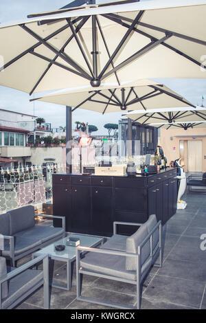 ROME, ITALIE - 30 décembre 2017: jusqu'/sunset bar du chef Di Giacinto, sur le toit du nouveau centre commercial Banque D'Images