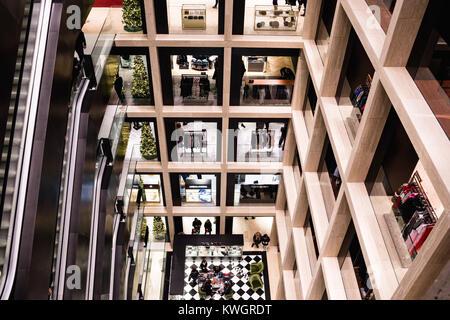 ROME, ITALIE - 30 décembre 2017: l'intérieur de centre commercial La Rinascente à Rome avec son architecture moderne. Banque D'Images