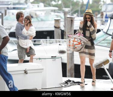 MIAMI, FLORIDE - le 19 juin: Tom Cruise passe le jour de père de yachting et relaxant avec sa femme Katie Holmes Banque D'Images