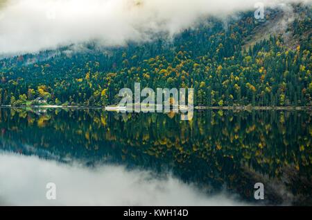 L'Altausee Mountain Lake, en Styrie, Autriche, une partie de la montagne morte, automne, Banque D'Images