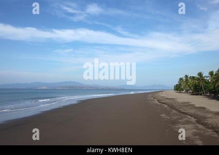 Longue plage de sable brun de Puntarenas, Costa Rica, Amérique centrale. Banque D'Images