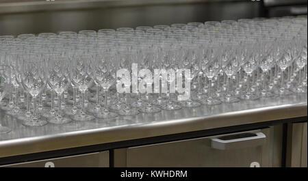 Rangées de verres à vin vide bordée sur la vitrine libre Banque D'Images