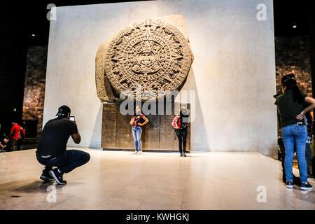 Tourist posant devant la Pierre de Soleil au Musée National d'anthropologie de Mexico Banque D'Images
