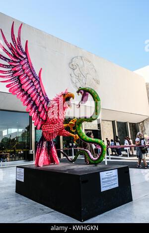 La sculpture de serpent combat Eagle en face du Musée National d'anthropologie de Mexico Banque D'Images