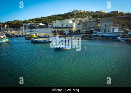 Port de Mgarr Gozo, dans la lumière du soir avec les bateaux de pêche traditionnel maltais luzzu, Gleneagles, et Banque D'Images