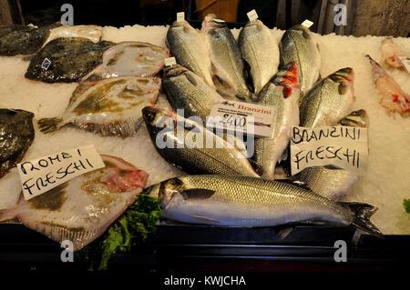 Poisson sur la vente au marché du Rialto, Venise, Italie Banque D'Images