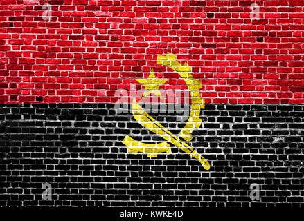 Drapeau de l'Angola a peint sur mur de brique, la texture d'arrière-plan Banque D'Images
