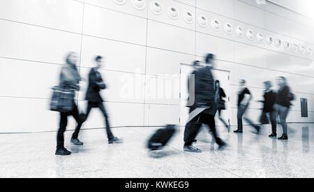 Les gens d'affaires foule marche dans un couloir, à un centre d'affaires. Banque D'Images