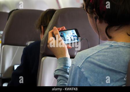 Passager de la lecture d'un film, film, spectacle ou une émission de télévision sur son téléphone portable - en Banque D'Images