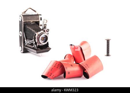 120 film format moyen pour caméras rétro sur fond blanc avec des ombres, des vieux appareils photos floues avec Banque D'Images