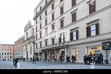 ROME, ITALIE - 30 décembre 2017: Via del Tritone, au crépuscule, l'un des lieux les plus visités du Rhône à Rome. Banque D'Images