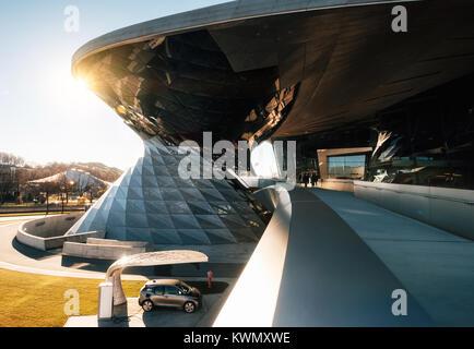 Munich, Allemagne - le 7 décembre 2017: BMW i3 voiture électrique à la station de recharge à BMW Welt World de Banque D'Images