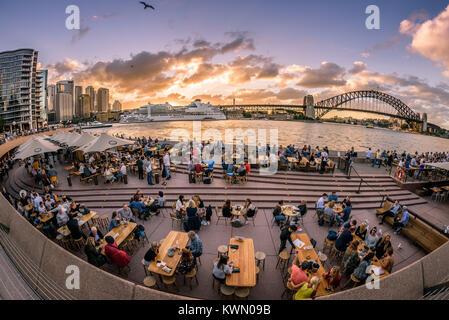 Sydney, Australie - Les touristes et les habitants prendre boissons et happy hour au coucher du soleil sur une chaude Banque D'Images