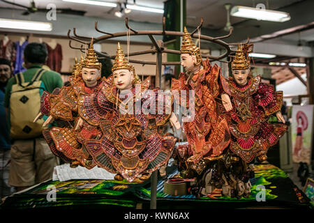 Poupées thaï traditionnel pour la vente au marché couvert, le marché flottant de Damnoen Saduk, Thaïlande. Banque D'Images
