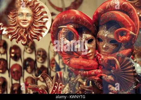 Masque vénitien en magasin en rue, Venise Italie. Carnaval de Venise. Banque D'Images
