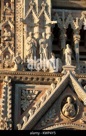 Façade gothique italien de Giovanni Pisano de XIII siècle de style roman et gothique italien Cattedrale Metropolitana Banque D'Images