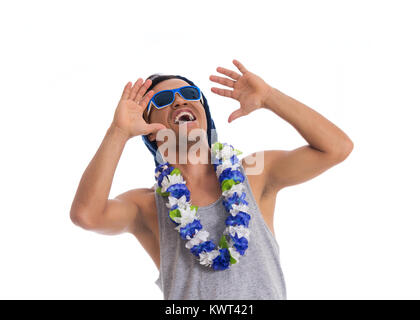 Très souriant et fou. Jeune homme noir porte des lunettes de soleil, chapeau et collier de fleurs. Habillé pour Banque D'Images