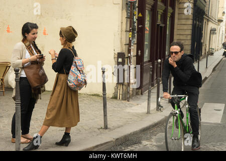 France, Paris (75), deux femmes parlant dans 4e arrondissement Banque D'Images