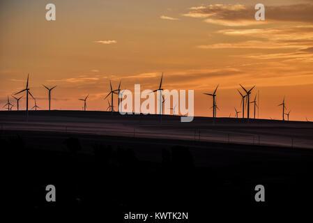 Landcsape rural aux éoliennes au coucher du soleil Banque D'Images