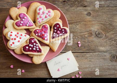 Les cookies en forme de coeur glacé pour la Saint-Valentin - délicieuses pâtisseries biologiques naturels faits Banque D'Images