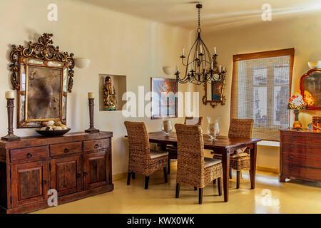 Salle à Manger . Design intérieur moderne d'une île grecque maison avec la combinaison de l'élégance moderne de l'ancien.