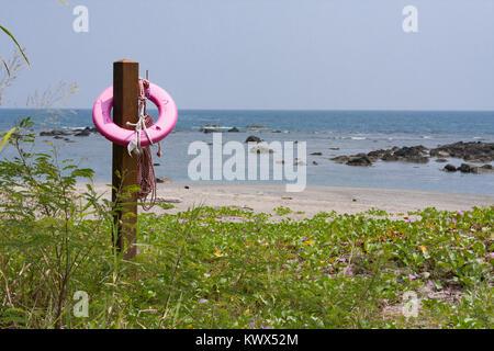 Bouée rose accroché sur poteau en bois, sur la plage, Beinan Township, comté de Taitung, Taïwan Banque D'Images