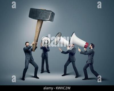 Beaucoup d'hommes d'affaires avec d'énormes haut-parleurs Banque D'Images