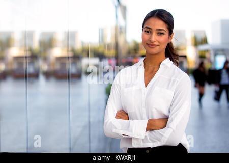 Belle femme d'affaires moderne d'entreprise femme debout les bras croisés, en dehors du travail à l'office building Banque D'Images