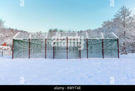 Construction métallique de basket-ball couvert de neige lourde Banque D'Images