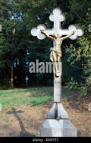 PORRENTRUY, SUISSE - CIRCA JUILLET 2015 Crucifix près de Forest Banque D'Images