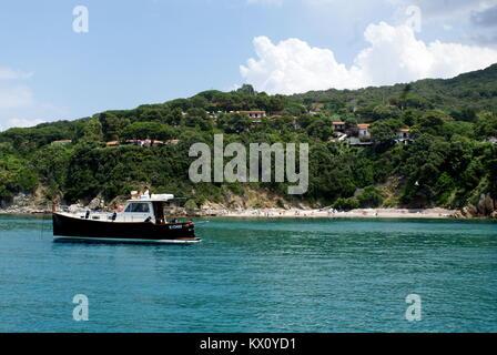 Motor Yacht ancré dans la baie de Viticcio, Elba, Italie Banque D'Images