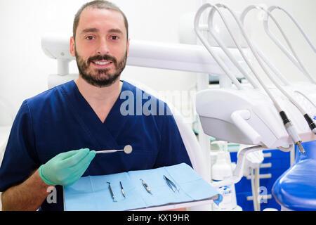 Portrait of smiling male dentist avec confiance surgery equipment Banque D'Images