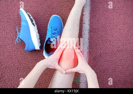 L'exécution de sportsman ressentir de la douleur après avoir blessé son genou Banque D'Images