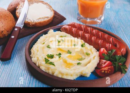 Saucisses grillées avec de la purée de pommes de terre close up on table Banque D'Images