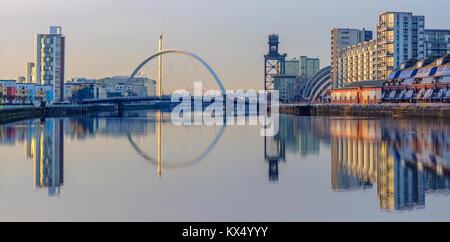 Glasgow, Ecosse, Royaume-Uni. 7 janvier 2018. Météo France: alors que le soleil se couche sur une journée calme, très froid monuments de Glasgow se reflètent dans la rivière Clyde. Credit: Skully/Alamy Live News