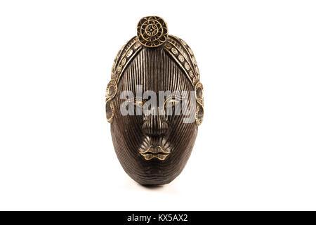 Masque en bois africain sur un fond blanc Banque D'Images