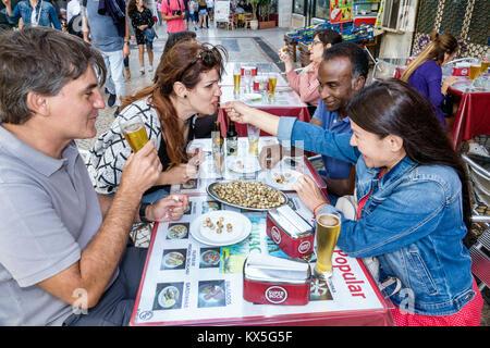 Portugal Lisbonne centre historique de Rossio Ginjinha populaire restaurant table à manger à l'extérieur en plein Banque D'Images
